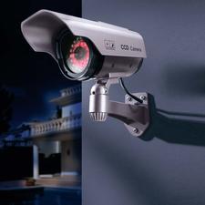 Kamera-Attrappe mit IR-LED-Kranz - Preiswerte Sicherheit: die Kamera-Attrappe, die auch nachts abschreckt.
