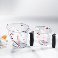 OXO-Messbecher - Kein Bücken, kein Halten, kein Schätzen: Die schräge Messskala zeigt die exakte Menge schon beim Einfüllen.