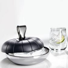 Im doppelwandigen Edelstahl-Behälter bleiben Ihre Eiswürfel erfrischend kühl. Der Griff wird zur Eiszange.
