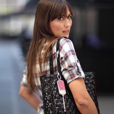 Sicherheitsanhänger ila DUSK - Stylischer Handtaschen-Schmuck. Und im Notfall sofort griffbereite Alarmsirene.