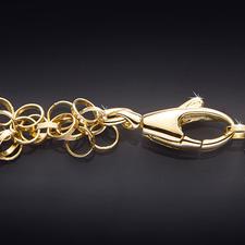 Über 550 zarte Goldglieder schmiegen sich ganz sanft um den Hals. Der Karabinerverschluss ist leichtgängig und doch sicher zu schließen.