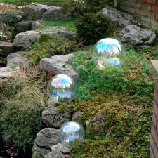 Wie echte Seifenblasen reflektieren diese Kugeln das einfallende Licht.