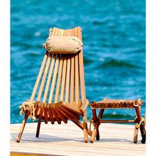 Skandinavischer Design-Liegestuhl oder Design-Beistellhocker/-tisch - Komfortable Lamellen-Konstruktion aus raffiniert befestigtem Eiche-Massivholz.