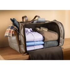 Bequem und ordentlich zu packen: keine Teilung stört den großzügigen Stauraum. Durch den festen Boden verrutscht nichts – Ihre Kleidung bleibt tadellos.