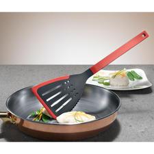 Mit der gezahnten Seite lassen sich Zutaten und Gerichte bereits in der Pfanne zerkleinern.