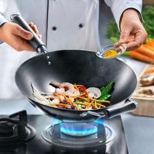"""Antihaft-Wok aus Karbonstahl - Mitentwickelt vom berühmten """"Master of Asian Cooking"""", Ken Hom. Ideal für ein authentisches Kocherlebnis."""