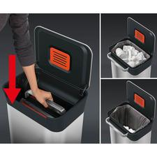 Einfach den Handgriff aufstellen und nach unten drücken: Verpackungen, Dosen, Kleinteile,... werden zusammengepresst und das 30-l-Volumen so maximal ausgenutzt.