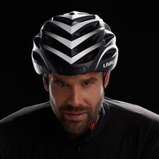 Smart-Fahrradhelm - Der Fahrradhelm neuester Generation: Noch sicherer durch Rücklicht, Blinker, Warnlicht und SOS-Funktion.