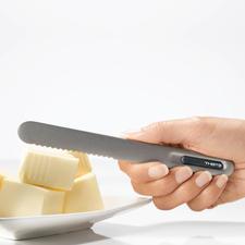 Bei Berührung erwärmt sich das Messer bis zur Spitze der gezahnten Klinge.