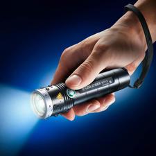 Ledlenser MT10 Outdoor - 13 cm kurz. 156 g leicht. Mit LED-schonendem Softstart, enormen 1.000 Lumen und bis zu 180 m Leuchtweite.