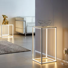 Lichtstreben-Tisch - Eingelassene LED-Lichtleisten konturieren effektvoll die offene Aluminium-Konstruktion.