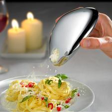 Über die Schüttöffnung lässt sich der Käse präzise auf dem Pastagericht, Salat, Carpaccio, ... dosieren.