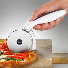 Pizzaroller mit Kantenschneider - Teilt Pizza und Rand bis in jede Ecke des Backblechs perfekt.
