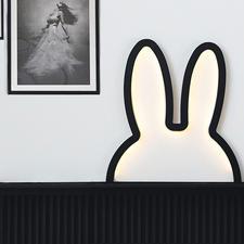 """Miffy """"Ohren""""-Silhouette - Süß, aber gar nicht kitschig: die Silhouetten-Skulptur von """"Miffy"""", dem berühmten Hasen-Mädchen."""