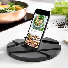 SmartMat - Die geniale SmartMat: Hält Ihr Mobilgerät beim Kochen in wählbaren Positionen. Und ist ein eleganter Topfuntersetzer bei Tisch.