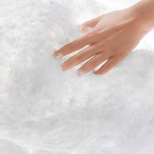 Endlosfasern, die zu gespinstfeinen Bäuschen gekräuselt sind, bilden die äußerst luftig-volumige Füllung.