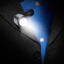Per Magnetverschluss schnell an Jacket, Mantel, Tasche,... befestigt.