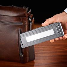 Zusammengefaltet kaum größer als ein Smartphone und schnell im (Reise-)Gepäck verstaut.