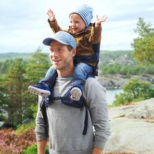 MiniMeis® Schultertrage - Freie Sicht und bequemer Sitz fürs Kind. Freie Hände und entlasteter Rücken für Sie.