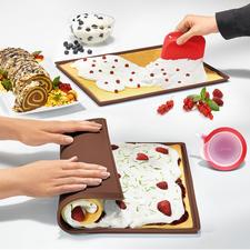Biskuitrollen-Set, 3-teilig - Die perfekte Biskuitrolle – schnell und einfach wie nie. Backen, Füllen, Aufrollen, Verzieren – alles in einer Form. Mit Teigschaber und Spritztülle.