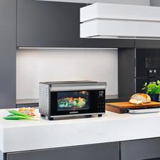 Bistro-Ofen mit Drehspieß - Jetzt noch vielseitiger: mit Rôtisserie. Perfekt zum Braten, Grillen, Backen, Toasten, Auftauen, Erwärmen. In Minuten aufgeheizt. Spart Zeit und Energie.