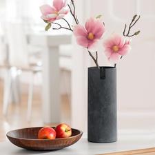 Die schlanke Vase ist ideal auch für langstielige Blüten.