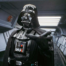 David Prowse als Darth Vader mit seinem berühmten telepathischen Würgegriff.