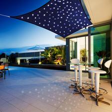 """Sonnensegel """"Sternenhimmel"""" - 100 Mikro-LEDs lassen im tiefblauen Spannsegel romantische Lichtpunkte funkeln. Solar- oder akkubetrieben."""