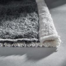 An den Schmalseiten sauber gesäumt, seitlich mit fester Webkante. Misst 150 x 200 cm.