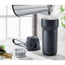 Einfach kochendes Wasser einfüllen, Teesieb (mitgeliefert) einsetzen, Becher schließen und zum Brühen umdrehen.
