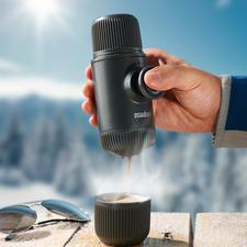 Nanopresso - Noch kleiner, leichter, stärker. Brüht vollaromatischen Espresso. Mit maximal 18 bar Pumpendruck. Ohne Strom.