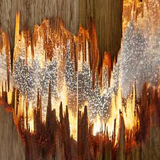 Transparentes Harz gibt den Blick frei auf reizvolle Holzsplitterungen.
