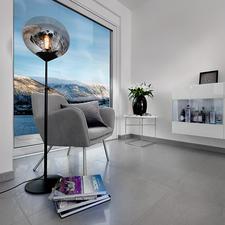 """Leuchte Drop - Drei Trends in einer Leuchte: Mid Century-Style, getöntes Glas und volumiger Leuchtkörper. Die höhenverstellbare Stehleuchte """"Drop"""". Perfekt als Blickfang in modernem Ambiente."""