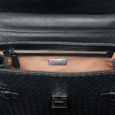 Handy, Papiere, Schlüssel,… übersichtlich verstaut in der Zipper-Innentasche und zwei extra Steckfächern.
