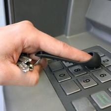 Einfach über den Zeigefinger stülpen: Schon verhindert SafetyTouch® direkten Kontakt zu Oberflächen.