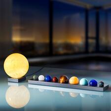 Sonne oder Planeten aus EdelsteinenaufAluminium-Sockel - Naturgetreue Ebenbilder der Planeten – überstrahlt von der imposant leuchtenden Sonne.