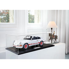 Dem automobilen Kunstwerk angemessen wird jedes Exemplar in passender Vitrine geliefert.