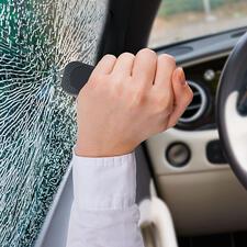 Der Nothammer am Kopf des Halters zertrümmert Autoscheiben mit minimalem Kraftaufwand.