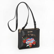 Love Moschino Stitch-Bag - Taschen-Trend 2018: flache Cross-Body-Bags mit Stitchings. Trotz des großen Namens erschwinglich: die von Love Moschino.