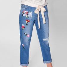 Trend-Thema bestickte Jeans. Die von Love Moschino hat Kult-Charakter.