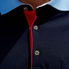 Kragen, Ärmelbündchen und Knopfleiste als Eyecatcher: Kontrastfarben sorgen für die modische Optik.