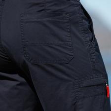 2 Schubtaschen, 2 Gesäßtaschen, 1 Münztasche sowie 1 Reißverschlusstasche auf dem rechten Bein bieten reichlich Stauraum.