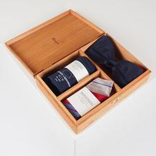Gentleman`s Agreement Accessoires-Box - Die vielseitige Kombination aus Schleife, Socken und Einstecktuch. Von Gentleman`s Agreement.