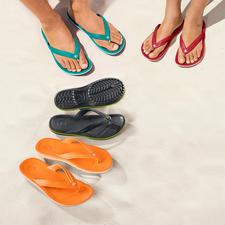 Crocs™ Strand-Flips - Endlich Strand-Flips mit bequemem Fußbett.