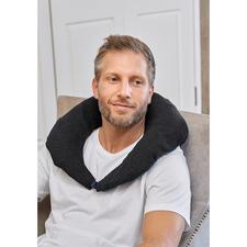 Stecken Sie Ihre Jacke in den fest im Stehkragen integrierten Transportbeutel entsteht zusätzlich ein praktisches Nackenkissen für die Reise.