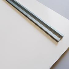 Hochwertige Metallschiene auf der Rückseite – für eine sichere Aufhängung.