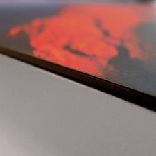 Die Edition wird in Handarbeit dauerhaft auf eine 0,3 cm dicke Aluminiumverbundplatte aufkaschiert.