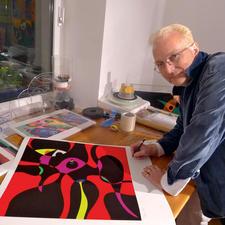 Der Künstler bei der Signatur der Edition.