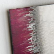 Per Hand schleift der Künstler feine Strukturen auf die 2 mm dicke Edelstahlplatte.