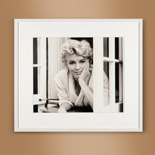 "Sam Shaw – Marilyn im Fenster I 2012 - Das Lieblingsfoto des berühmten Fotografen Sam Shaw. ""Marilyn im Fenster I"" 2012: Erstmalig als Edition auf hochwertigem Baryt. 40 Exemplare. Maße: gerahmt 72 x 63 cm"